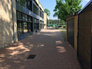 Gang zwischen Schule und Sportplatz